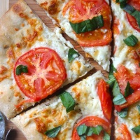 simple tomato margherita pizza
